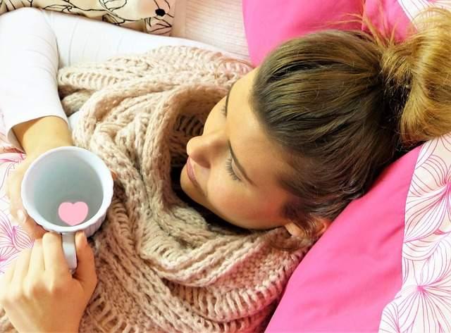 Ragazza a letto con influenza